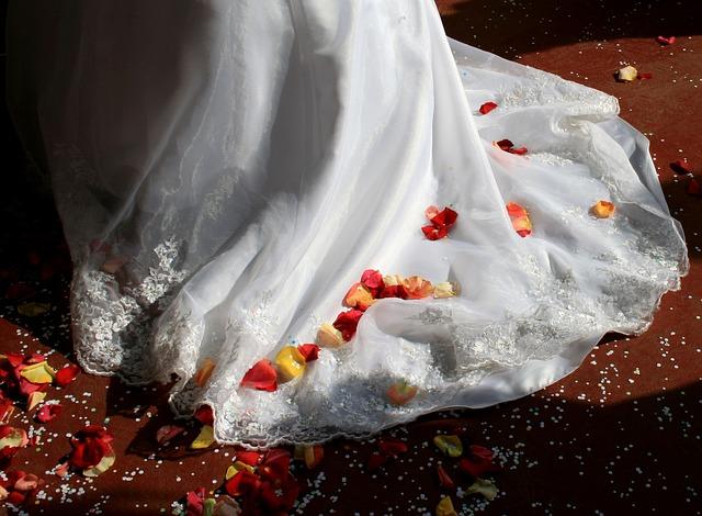 Płatki kwiatów na ślubie (12)