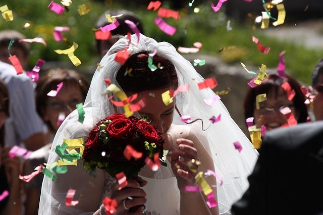 Płatki kwiatów na ślubie (8)