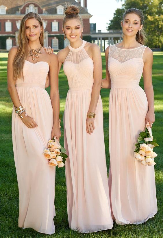 Druhny ubrane w bardzo podobne sukienki