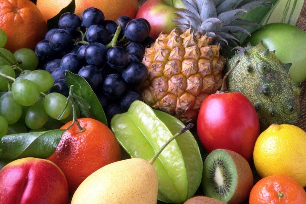 stol z owocami
